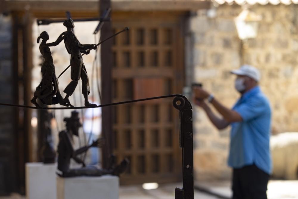 José Antonio Elvira inauguró en el Colegio de Arquitectos una muestra dedicada al gran espectáculo que para él es el circo y en la que esculpe entre otros a payasos, funambulistas o trapecistas.