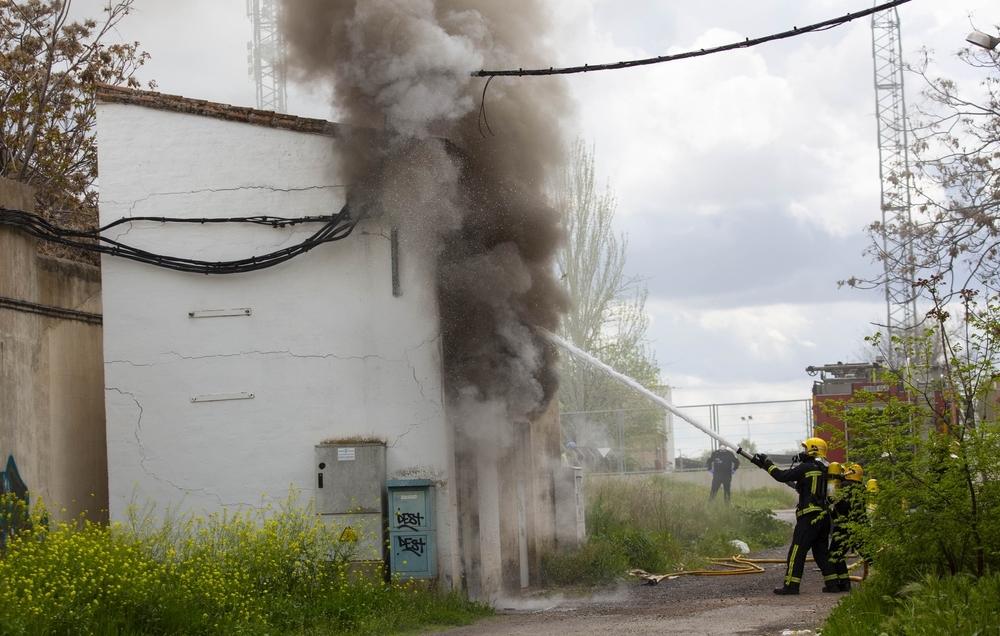 Un transformador eléctrico sale ardiendo en el polígono