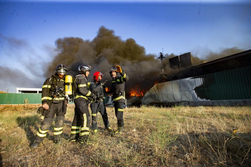 Un incendio destruye almacén de residuos altamente inflamables en San Pedro del Arroyo.