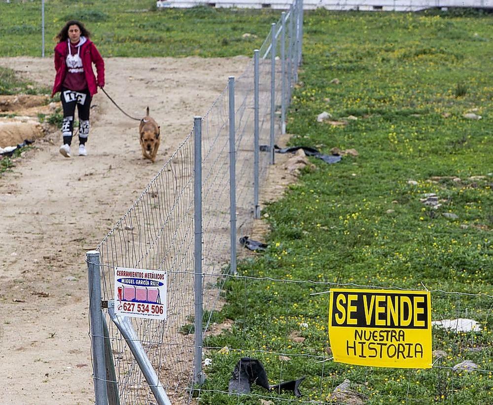 Aparecen carteles contra el cuartel en Vega Baja