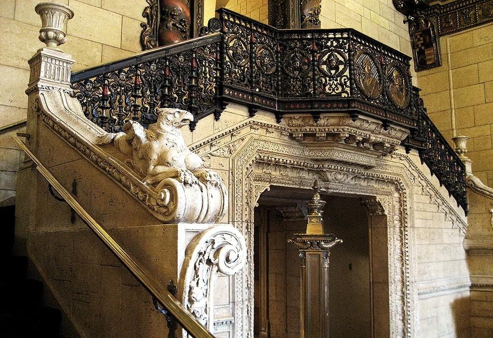 Escalera ubicada en el Salón 'Rendevous Court', en el Hotel MilleniumBiltmore de Los Ángeles.