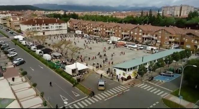 Largas colas el primer día de mercadillo en Barañáin