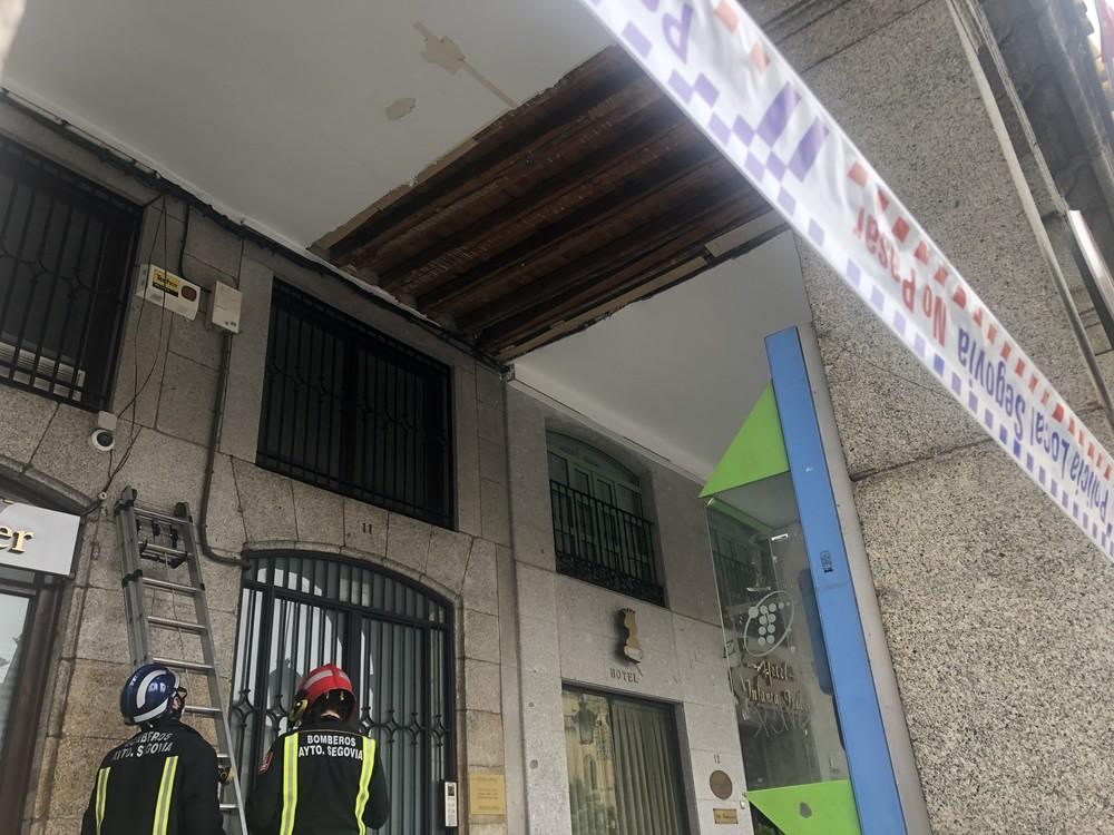 Se cae parte del techo de uno de los soportales de la Plaza
