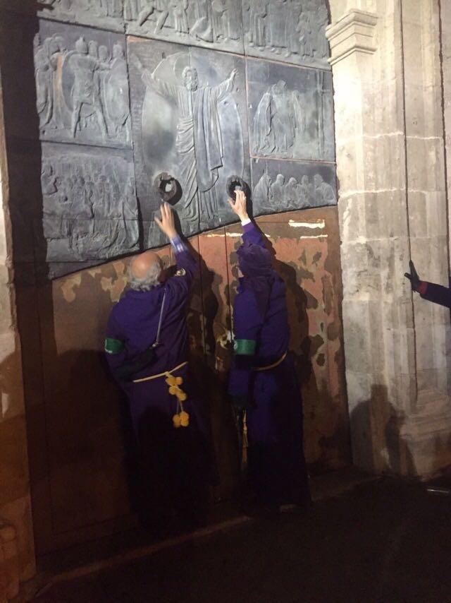Miguel Romero, como turbo de honor, dio el toque en la puerta de la iglesia de El Salvador