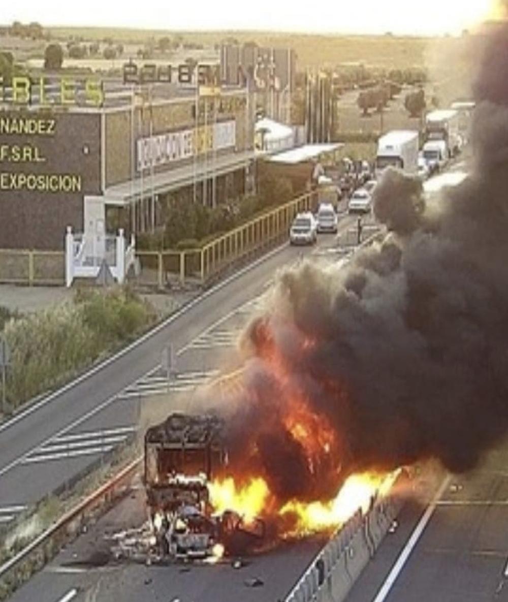 Muere al incendiarse su vehículo en la A-4 tras una colisión