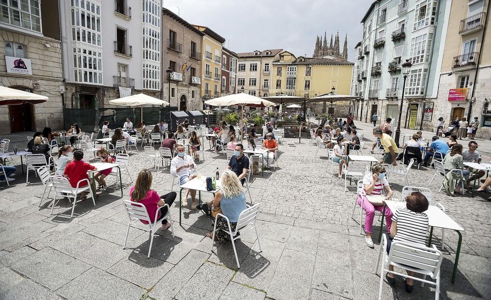 La plaza Huerto del Rey, repleta de mesas y sillas ocupadas, eso sí, con la distancia de seguridad recomendada.