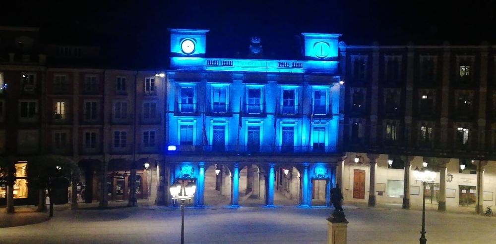 Fachada del Ayuntamiento de Burgos iluminado de azul esta noche.