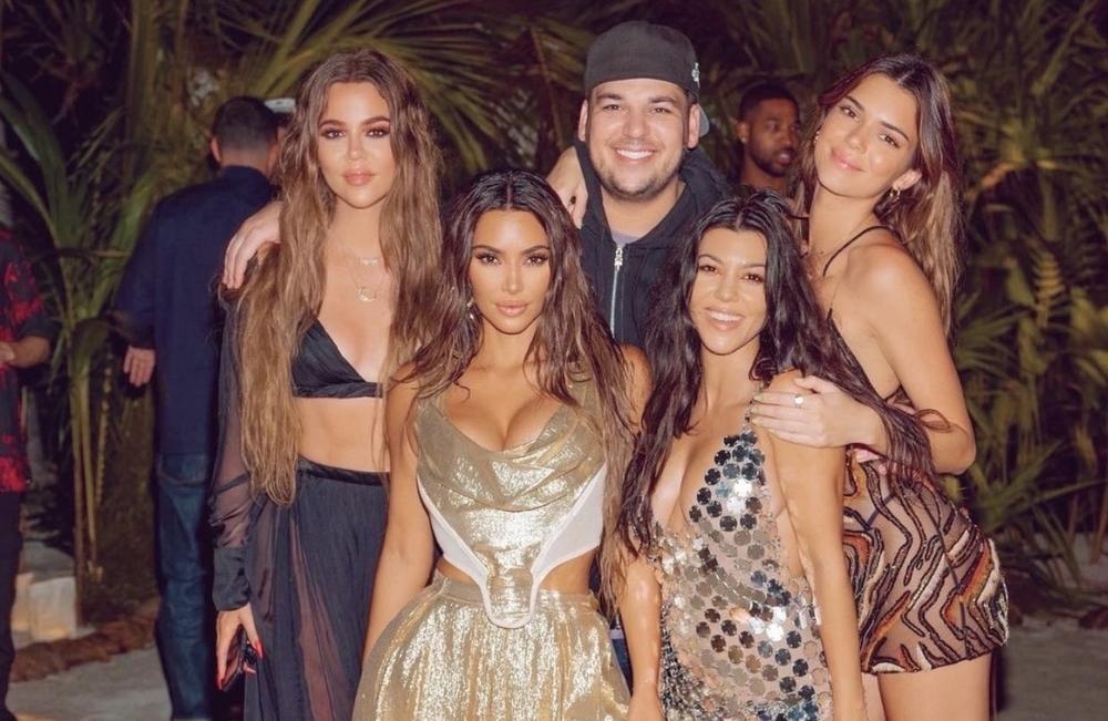 Kim Kardashian, abajo a la izquierda, junto a sus hermanos Kloe, Rob, Kourtney y Kendall