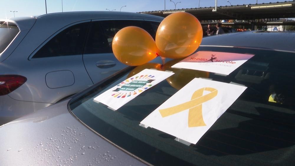 Lazos y globos de color naranja para expresar el rechazo a la reforma educativa.