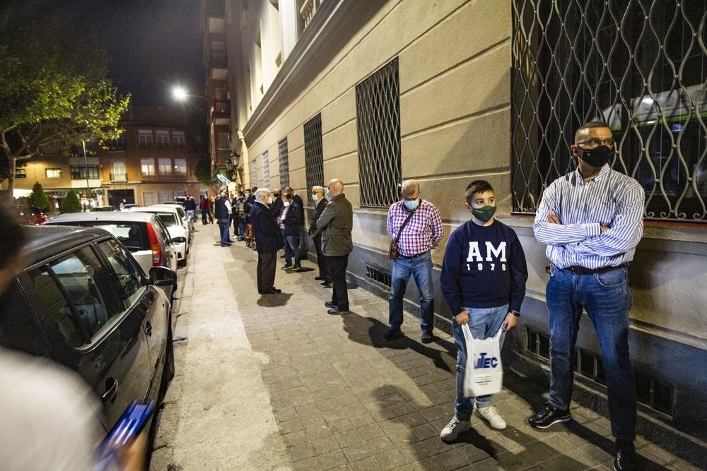 Los hermanos de la Virgen del Prado, haciendo cola en la calle para votar y elegir el nuevo presidente de la Hermandad de la Virgen del Prado