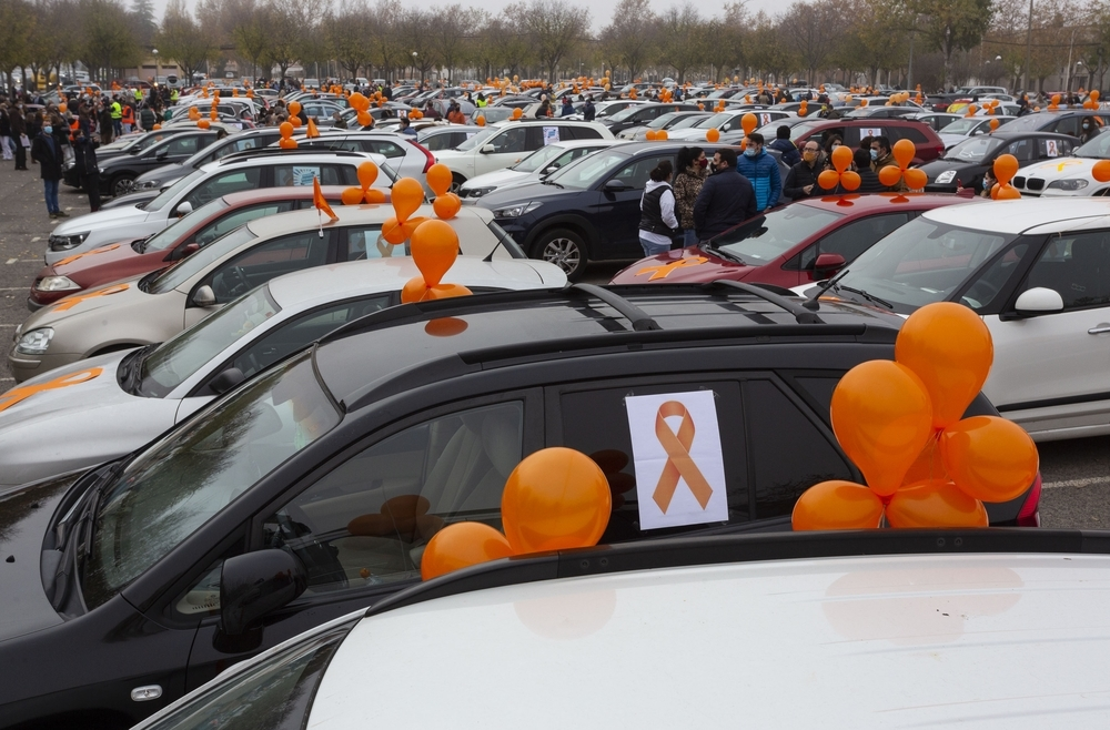 Una marea naranja de mil coches para frenar la ley Celaá
