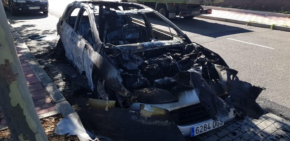 Arde un vehículo en la calle Miguel Ruiz de Temiño