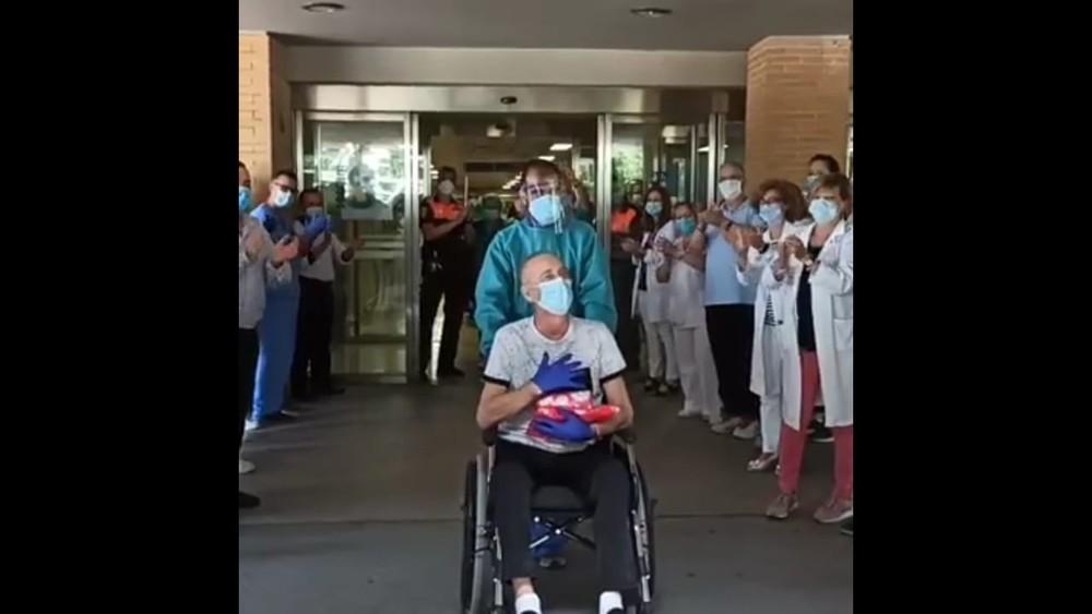 Homenaje a un sanitario tras su alta por superar el Covid