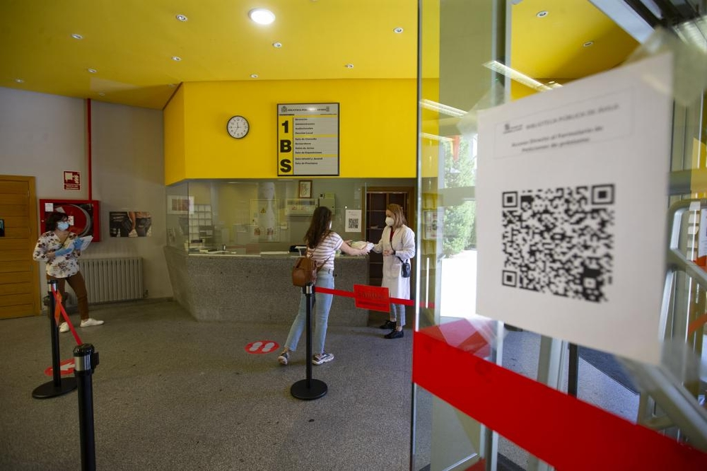 El centro dependiente de la Junta de Castilla y León reabrió ayer sus puertas, aunque presencialmente solo para la entrega de nuevos préstamos y con nuevo horario.