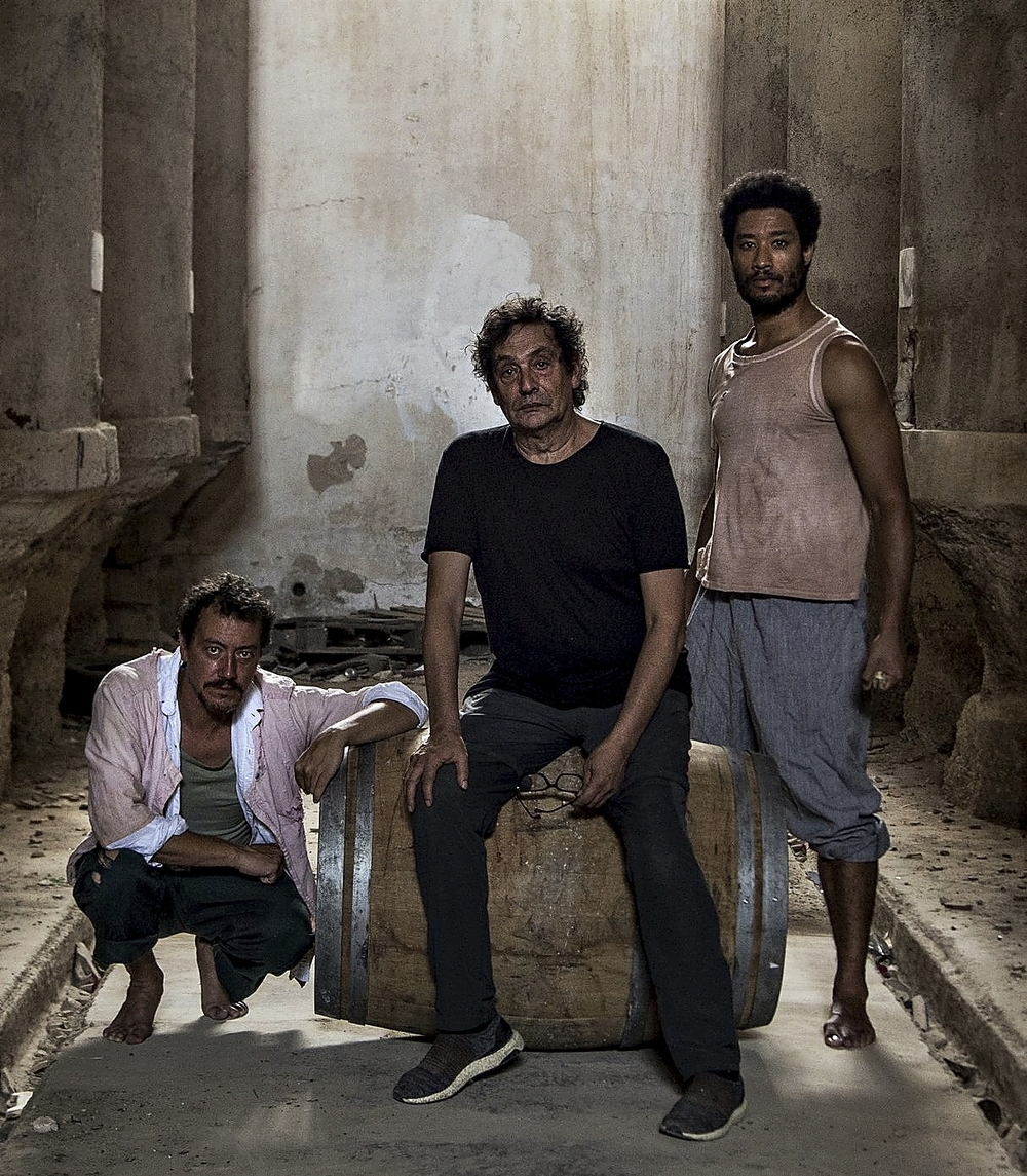 Villaronga, flanqueado por los actores Roger Casamajor (i) y Óscar Kapoya.