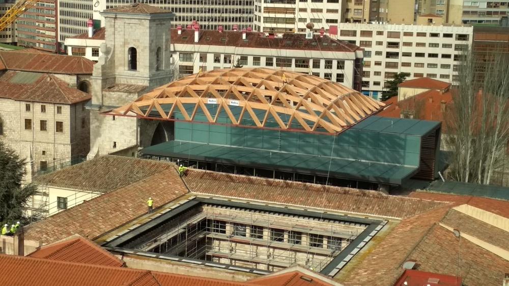 La enorme cúpula de madera sobrevolando el cielo burgalés antes de ser colocada encima del claustro del convento.