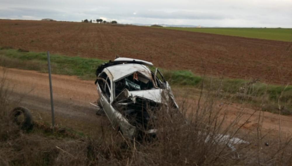 Atrapada tras el vuelco de su vehículo en una salida de vía