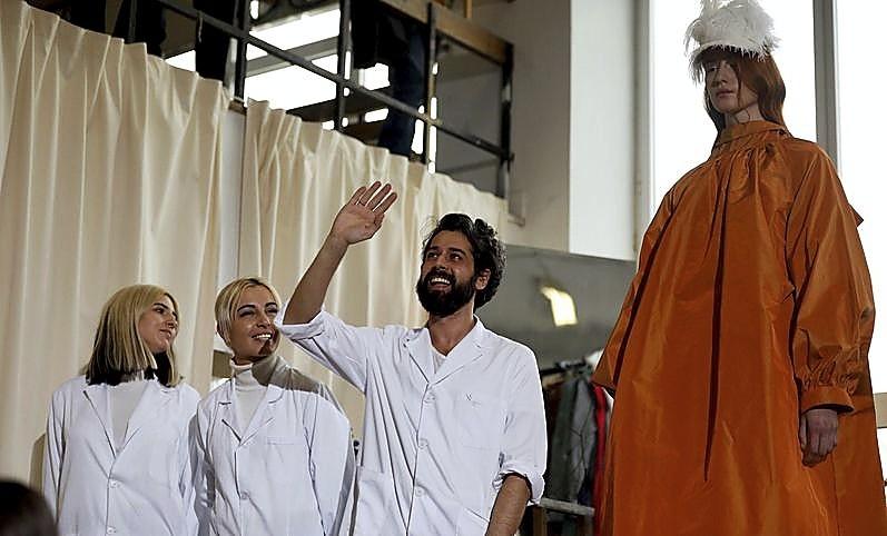 Moisés Nieto, junto a su única modelo, en un aula de la facultad e Bellas Artes.