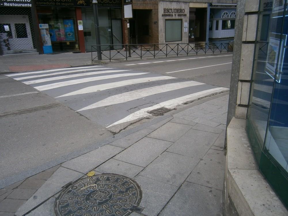 Los vados peatonales no cumple ninguno con la normativa y muchas aceras son impracticables para sillas de ruedas.