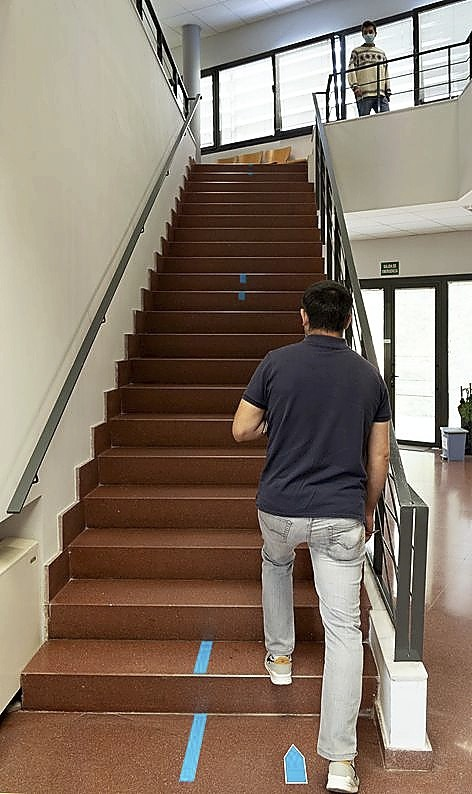 Las escaleras están señalizadas.