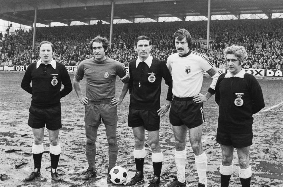 El Burgos CF ya vistió de Adidas en la década de los 70, como se aprecia en la imagen en la que Kresic posa con Pirri, capitán del Real Madrid y el colegiado Sánchez Arminio (centro).