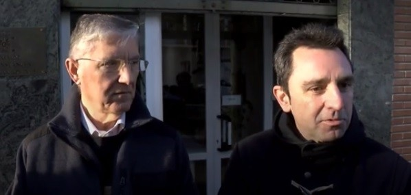 El coordinador de IU, José Luis Ordóñez, a la izquierda, junto al abogado Alberto López Villa