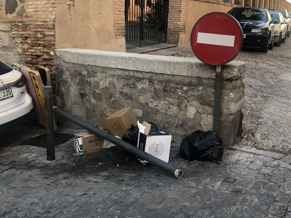 Herida una mujer al caerle una señal turística en el Casco