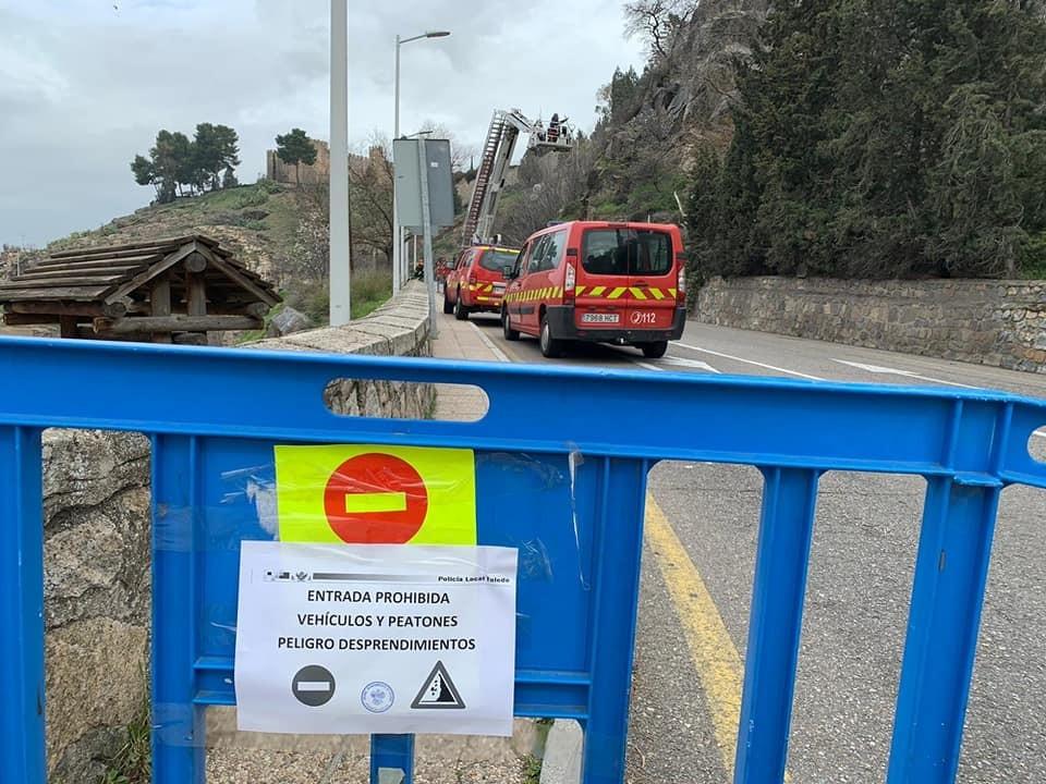 Corte entre los puentes de Alcántara por desprendimientos