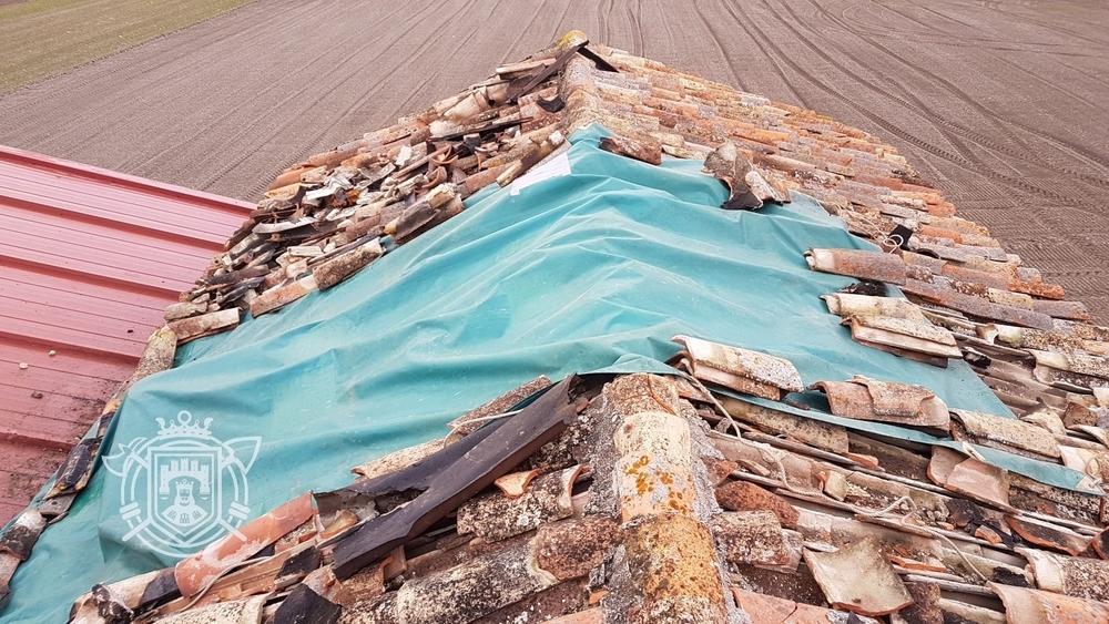 Los bomberos han colocado una lona en la cubierta para prevenir daños por la lluvia.
