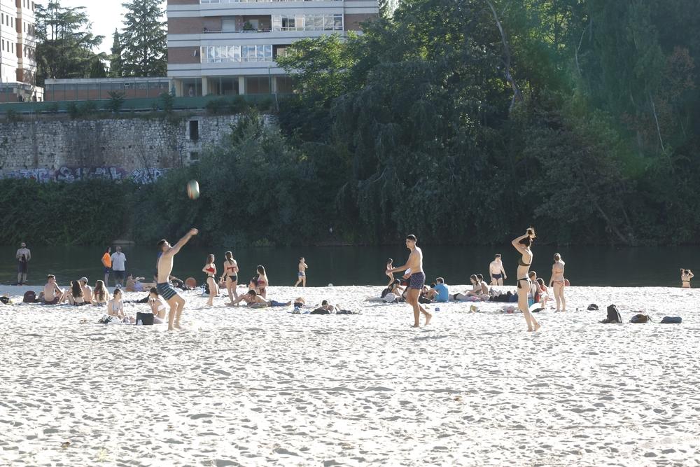 Gente en la playa de Las Moreras