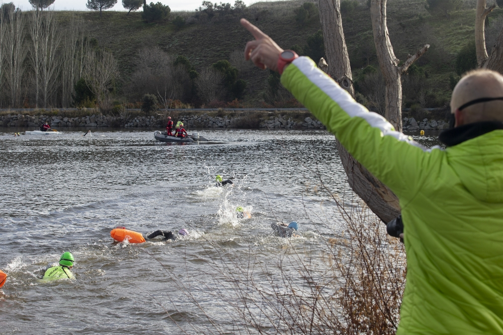 I Travesía de Navidad-Ciudad de Ávila, en la que 10 nadadores se lanzaron a las gélidas aguas del embalseFuentes Claras.