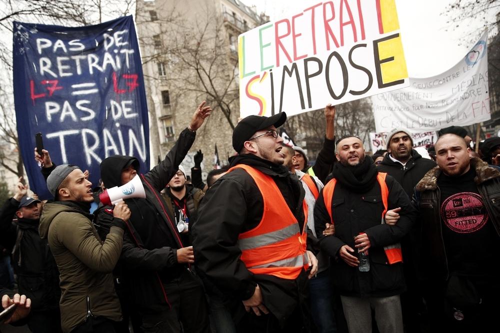 Los franceses renuevan su pulso a la reforma de Macron