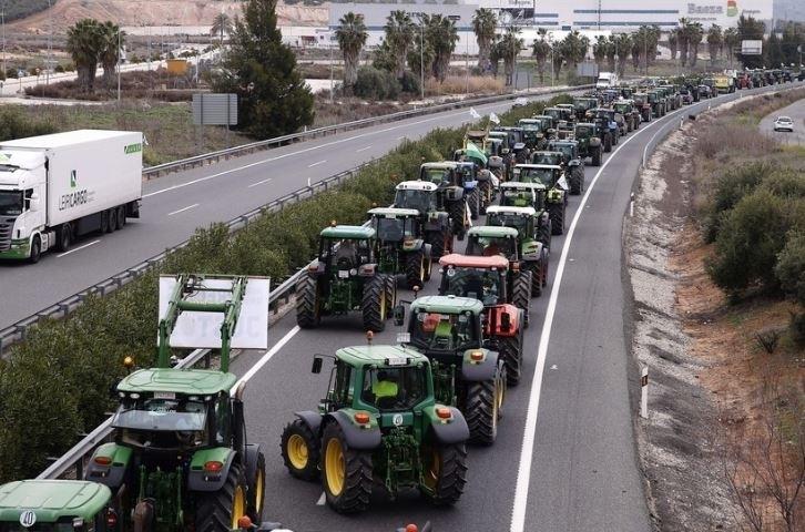 Agricultores corren su propio encierro en defensa del campo