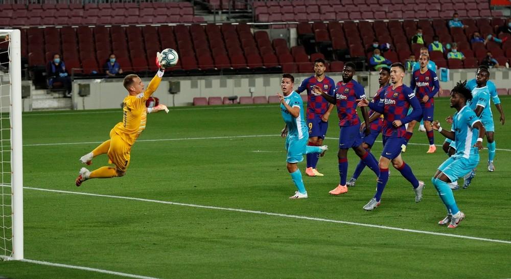 Ansu despierta al Barça y Messi remata un mal partido
