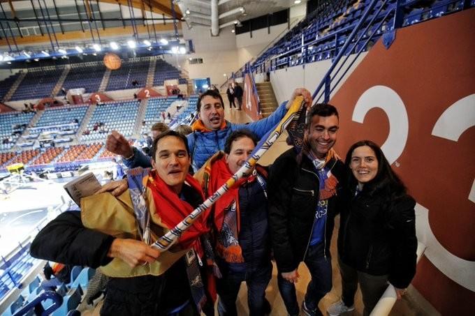 Imagen de los primeros aficionados burgaleses que han ido entrando al Palais des Sports de Pau.