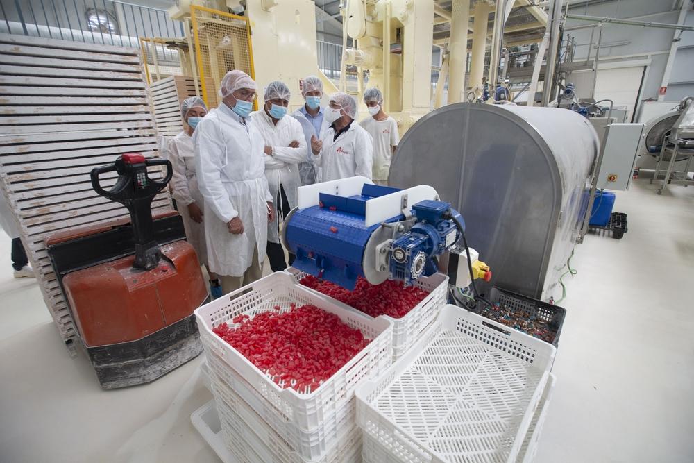 El consejero Jesús Julio Carnero visita la empresa dedicada a la confetería ubicada en Las Berlanas, tras su reciente ampliación con una inversión de 332.000 euros, y la creación de 5 puestos de trabajo más.
