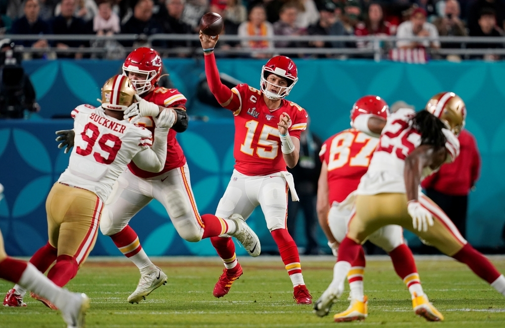 El quarterback lanza un pase a uno de sus receptores