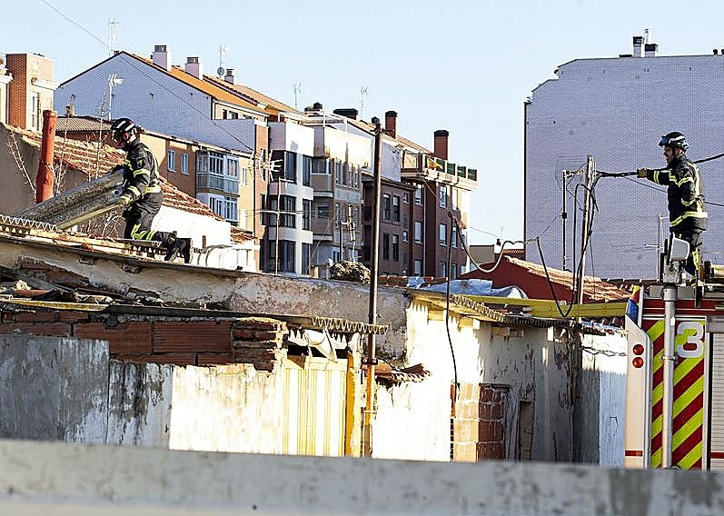 El viento arranca el tejado del colegio Santa Clara