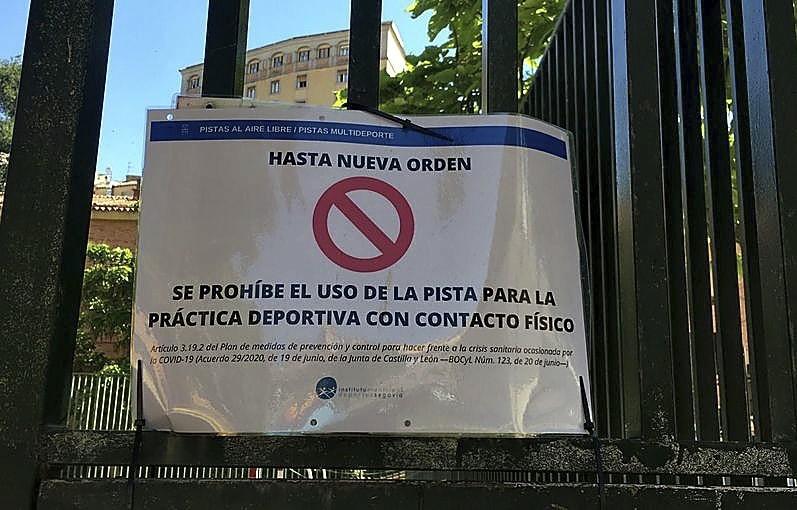 Cartel que advierte en la cancha de San Millán de la prohibición de uso.