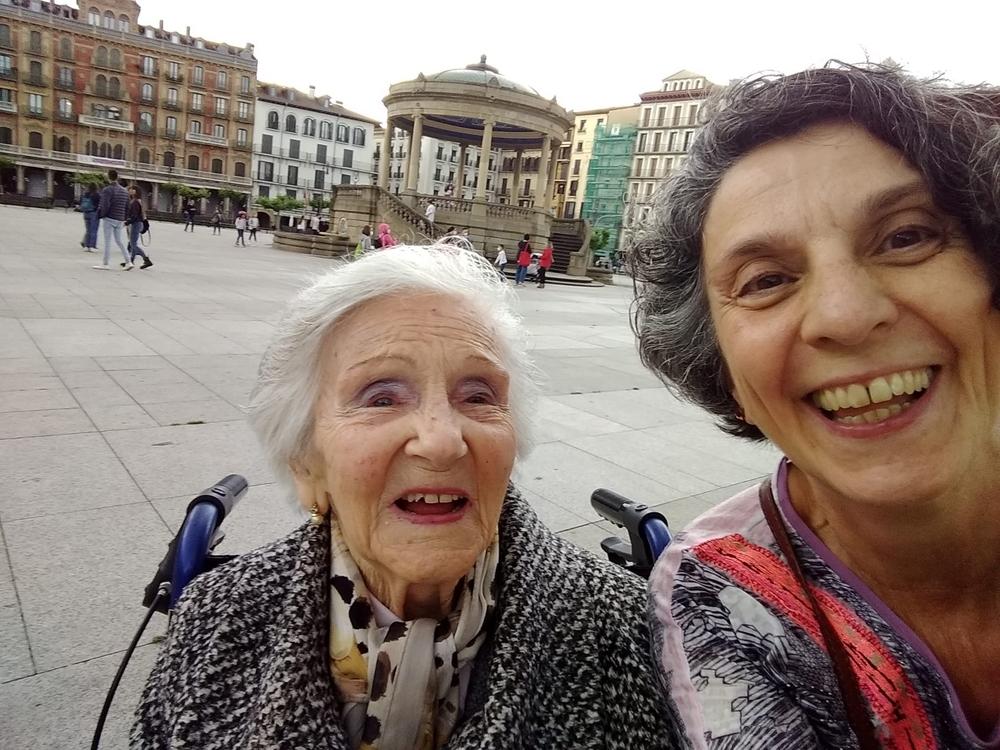 Tras mucho esperar, 'Loli' pasea por la Plaza del Castillo
