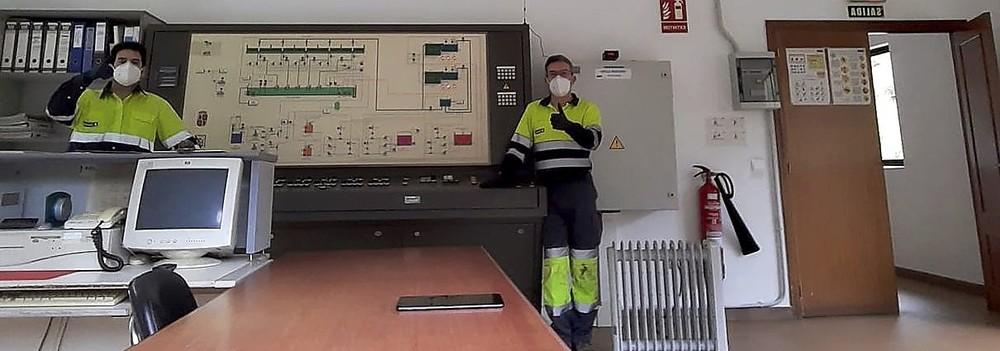 Parte del equipo que trabaja en la ETAP de San Clemente, en Ponferrada (León).