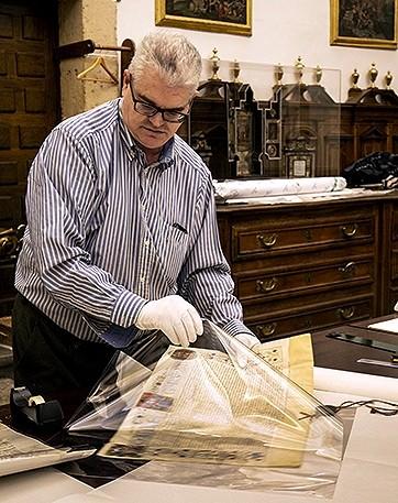 El sacristán de la Catedral, en la tarea de protección de pergaminos.