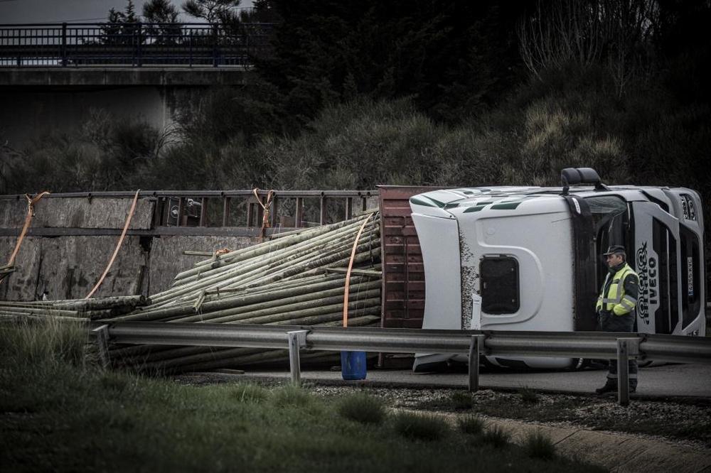 Vuelca un camión de madera en la rotonda del Caballo Blanco