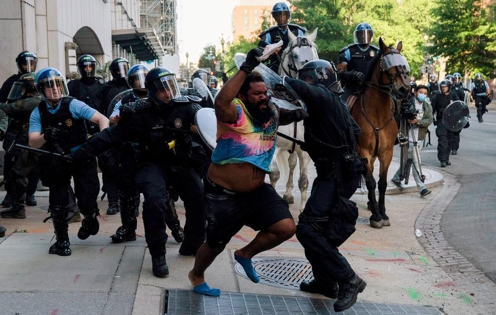La policía federal ataca a los manifestantes en Washington