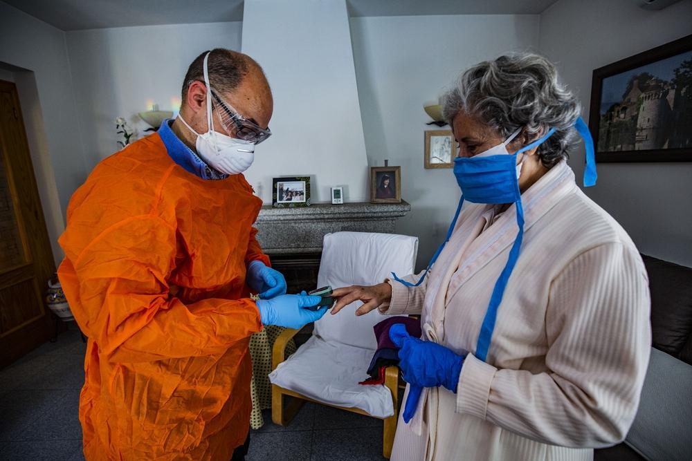 coronavirus, reportaje en Horcajo de los Montes sobre el trabajo de un médico rural, atendiendo a personas mayores que tienen el coronavirus, viru, Fran médico rural en Horcajo de los Montes visitando en su casa a una paciente con coronavirus, pandemia,