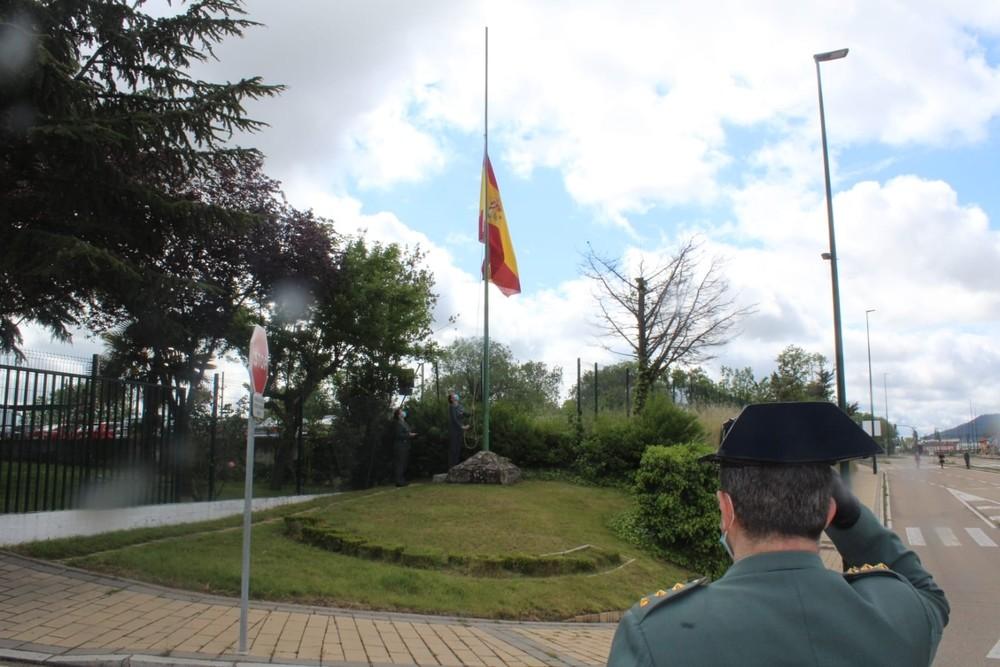 Izado de la bandera durante el acto.