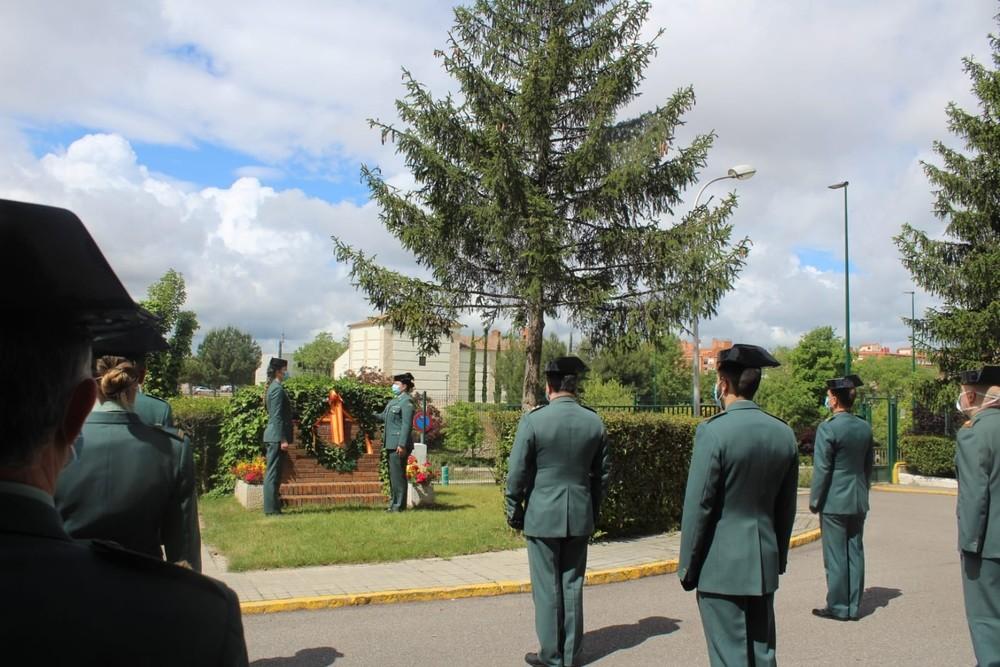 Dos guardias civiles depositan una corona en recuerdo de los caídos.