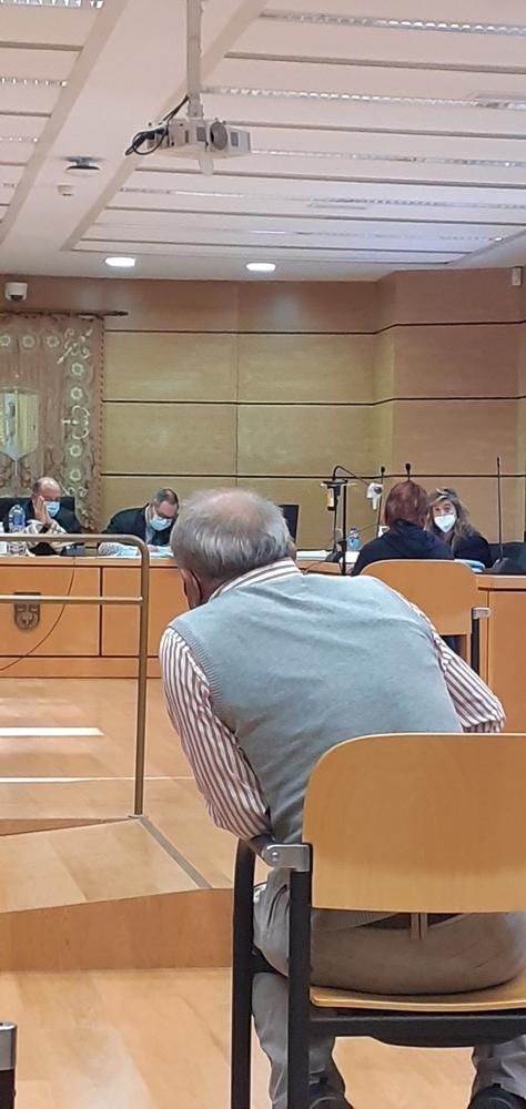 En primer término el procesado, muy atento al interrogatorio de la mujer que le ha sentado en el banquillo de los acusados