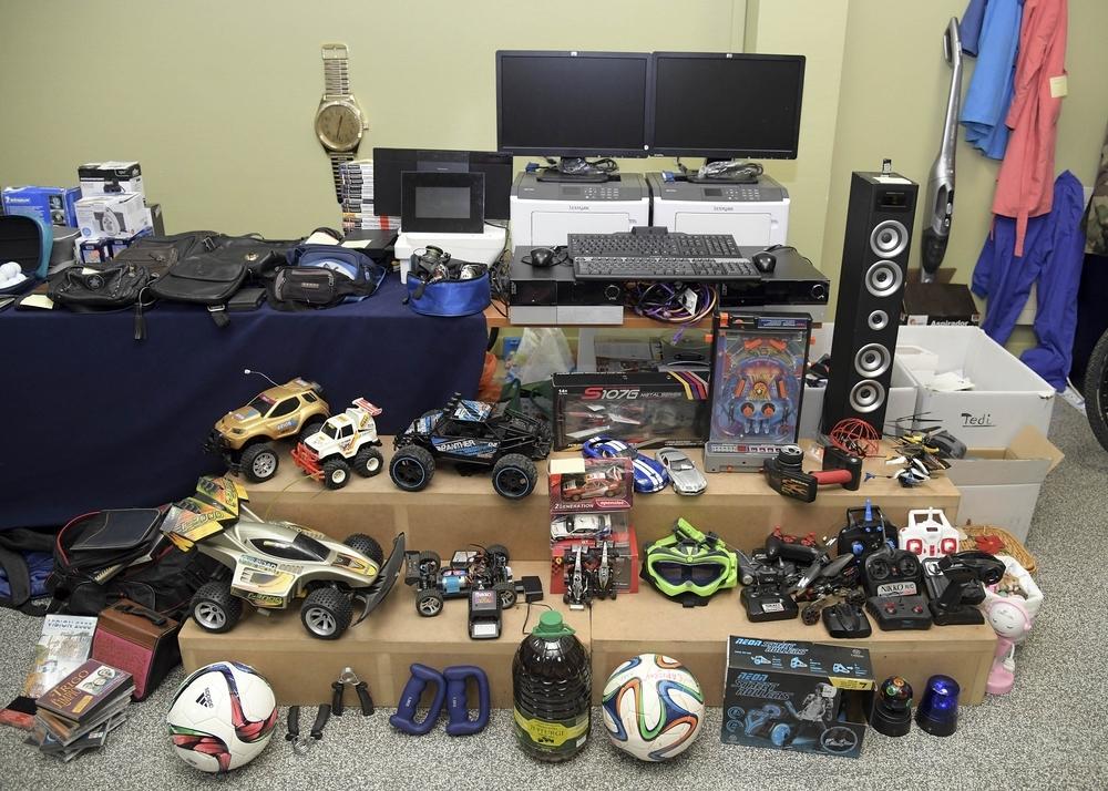 Balones de fútbol, coches teledirigidos, altavoces, monitores... El ladrón ahora detenido robó todo tipo de artículos.