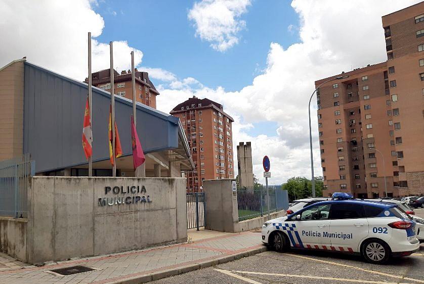 Las instalaciones de la Policía Local también pusieron las banderas a media asta.